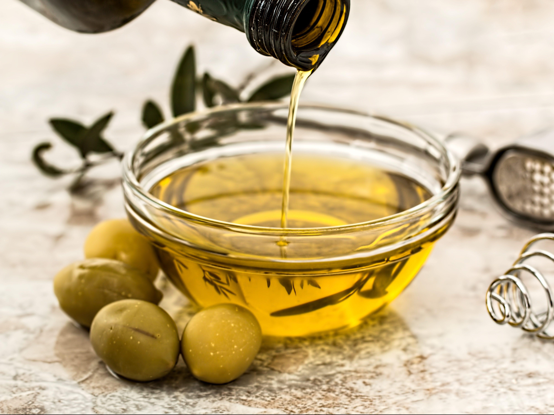 Locken mit Olivenöl pflegen